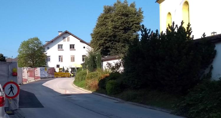 Dorfstraße: Straßensperre aufgehoben