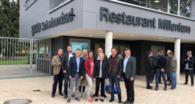 Der Gemeinderat bei der Eröffnungsfeier zum Restaurant Millenium