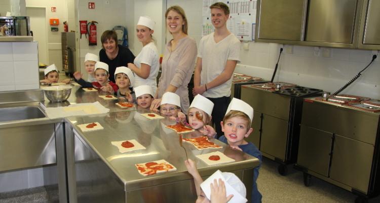 Junge Pizzaköche im Sozialzentrum
